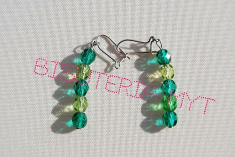 Pendientes de cristal de bohemia en tonos verdes. Cierre de plata