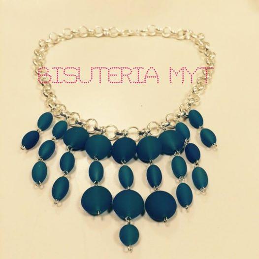 2fe04f532 Collar estilo babero realizado con cadena plateada y bolas de ...